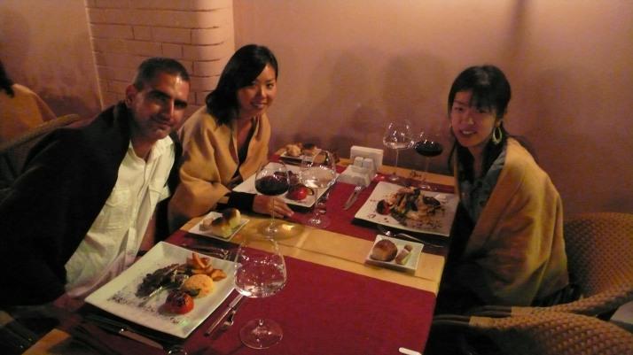 De izq a der: yo, Izumi y Naomi, cenando en Esmirna