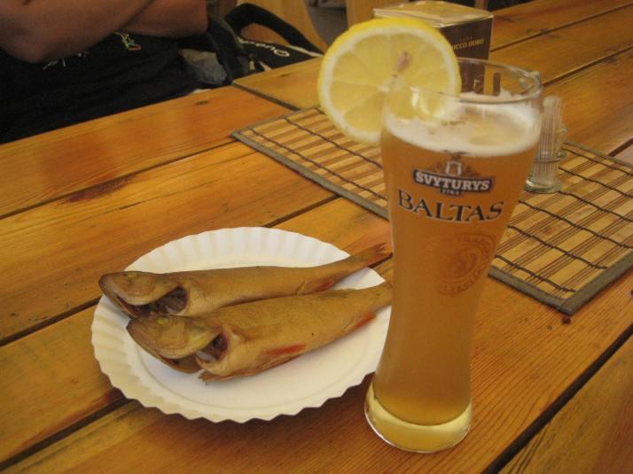 Pescado ahumado y cerveza