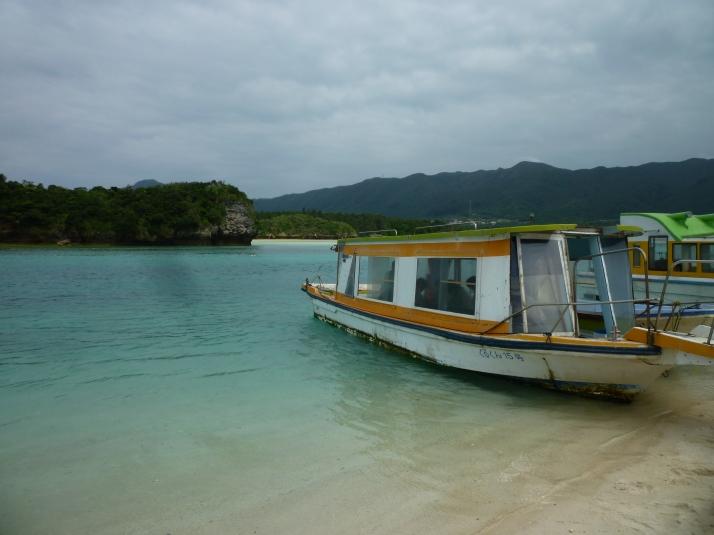Uno de los barcos con fondo transparente en Kabira