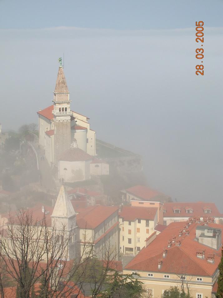 Panoramica de Piran envuelta en niebla desde las murallas