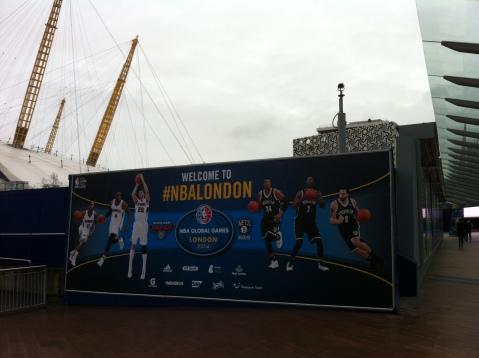 Carteles de la NBA en los accesos al O2 Arena