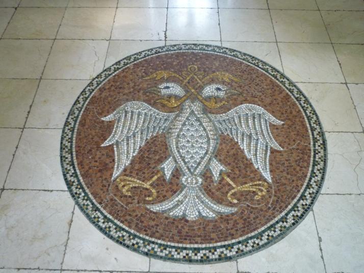 Mosaico con el escudo de Serbia en Staro Hopobo