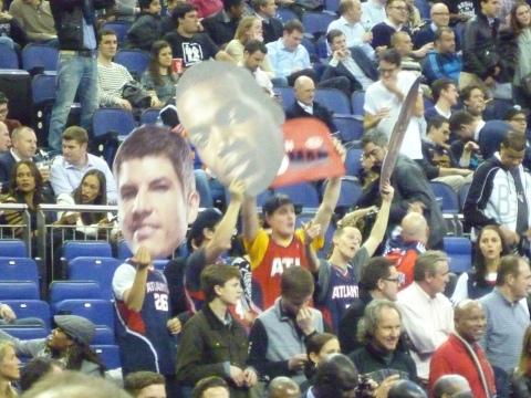 Seguidores de Atlanta pidiendo un triple de Korver