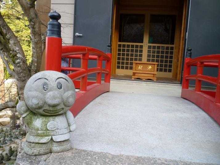 Anpanman en un templo en Miyajima