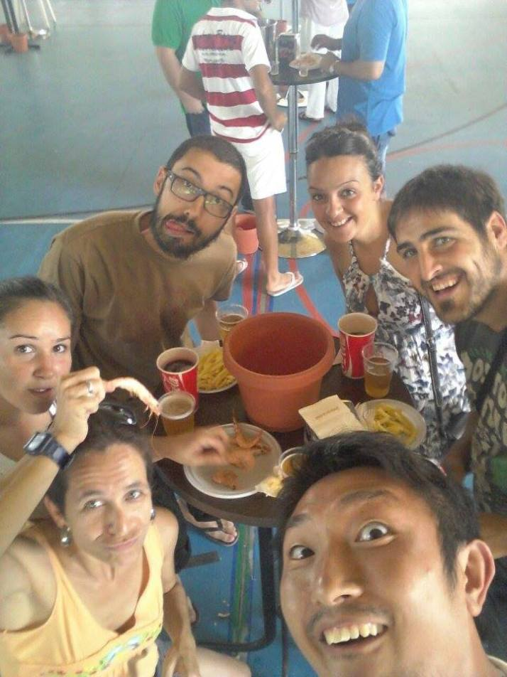 Genya, con Cris a su izquierda, con familia y amigos de Cartaya