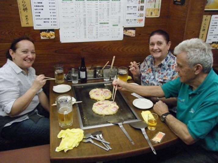 Mi familia disfrutando de un buen okonomiyaki