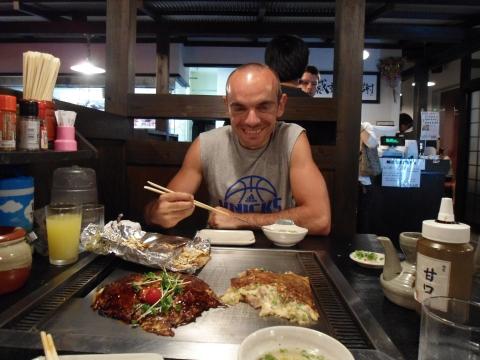 David disfrutando de un buen okonomiyaki en Okayama