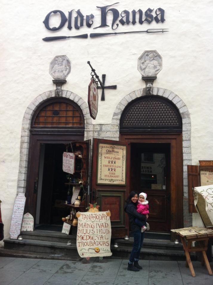 Izumi y Sakura en la puerta del Olde Hansa en 2014