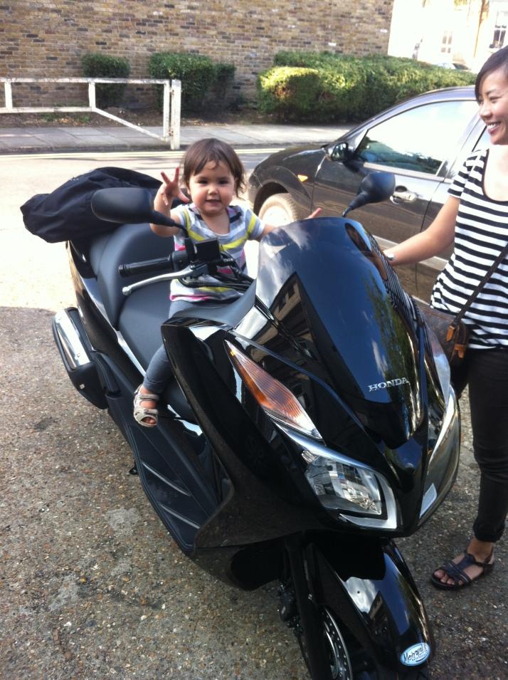 Mi hija probando la moto el dia del estreno