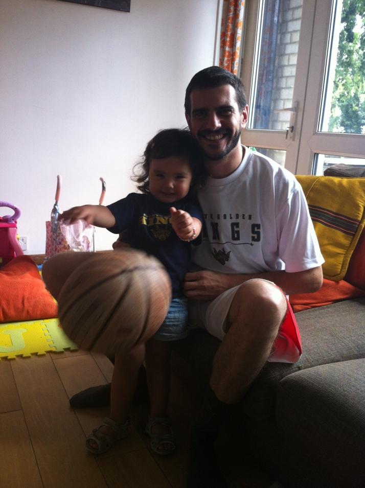 Sakura y su tio Guille con las camisetas de los Ryukyu Kings