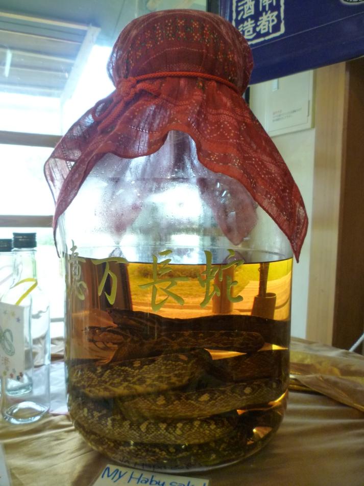 Alguien quiere un poco de sake de serpiente Habu?