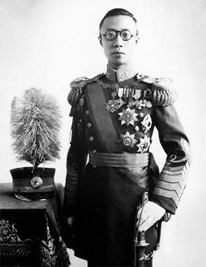 Puyi con su uniforme de Emperador de Manchukuo