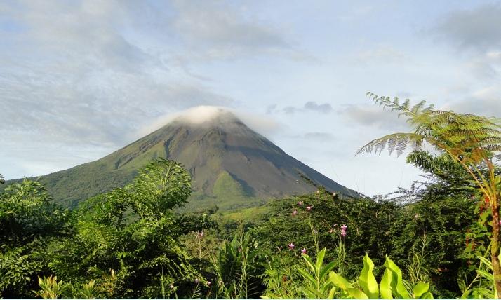 El volcán Arenal de dia y cuando se ve algo. Foto de Clickor en Flickr